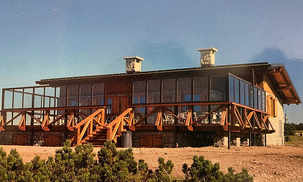 1970Abbiamo acquistato Il Rifugio La Roda nel 1998 dal Signor Longhi di Lavis e negli otto anni successivi abbiamo lavorato nella prospettiva di dare forma al nuovo Chalet che trovate oggi.